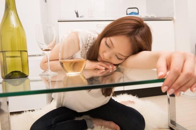 酔って寝てしまう女性1|写真素材なら「写真AC」無料(フリー)ダウンロードOK (5761)