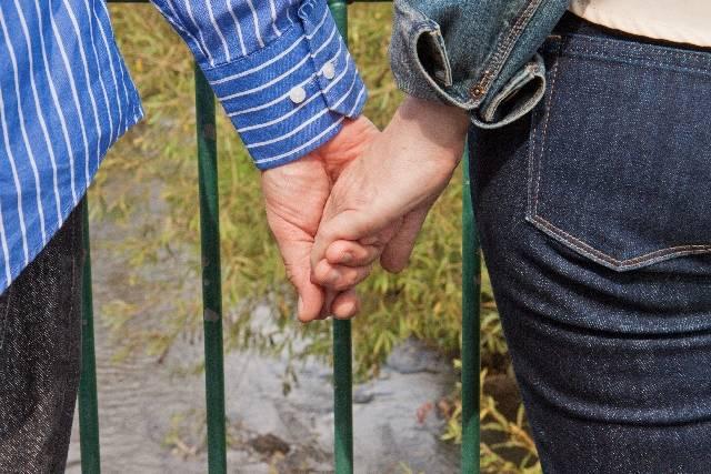 手をつなぐ熟年夫婦1|写真素材なら「写真AC」無料(フリー)ダウンロードOK (5764)