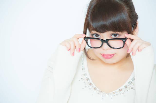 メガネをずらして必殺上目使い | 「frestocks(フリストックス)」フリー素材やモデル写真 (5830)