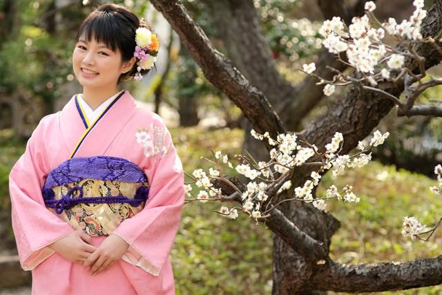 [フリー写真] 梅の花と晴れ着姿の女性でアハ体験 -  GAHAG | 著作権フリー写真・イラスト素材集 (5884)
