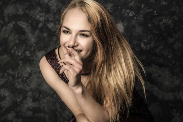 [フリー写真] えくぼのある笑顔の外国人女性でアハ体験 -  GAHAG | 著作権フリー写真・イラスト素材集 (5891)