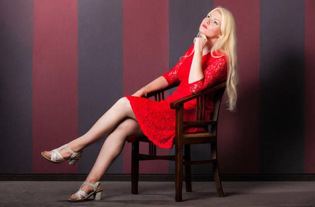 [フリー写真] 椅子に座って思いを巡らす金髪の外国人女性でアハ体験 -  GAHAG | 著作権フリー写真・イラスト素材集 (5899)
