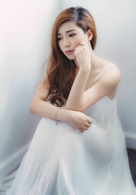 [フリー写真] 頬杖をついて憂鬱な表情の女性でアハ体験 -  GAHAG | 著作権フリー写真・イラスト素材集 (5902)