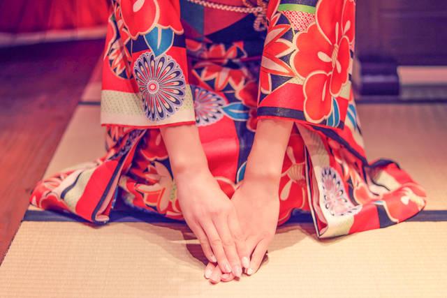 着物で新年のご挨拶をしている女の子のフリー写真画像|GIRLY DROP (5921)
