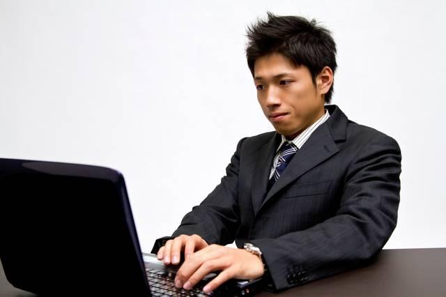 ノートパソコンで作業中のビジネスマン|フリー写真素材・無料ダウンロード-ぱくたそ (5971)