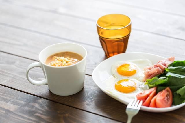 朝食の目玉焼きとスープ|フリー写真素材・無料ダウンロード-ぱくたそ (6004)