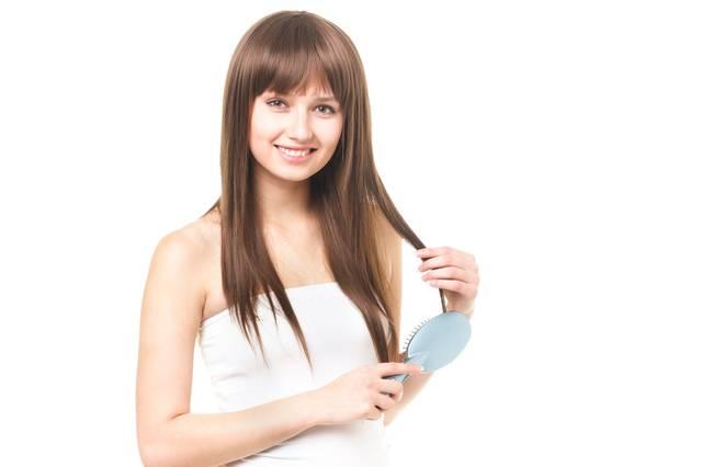 クシで髪の毛をとかす外国人の女性|フリー写真素材・無料ダウンロード-ぱくたそ (6026)
