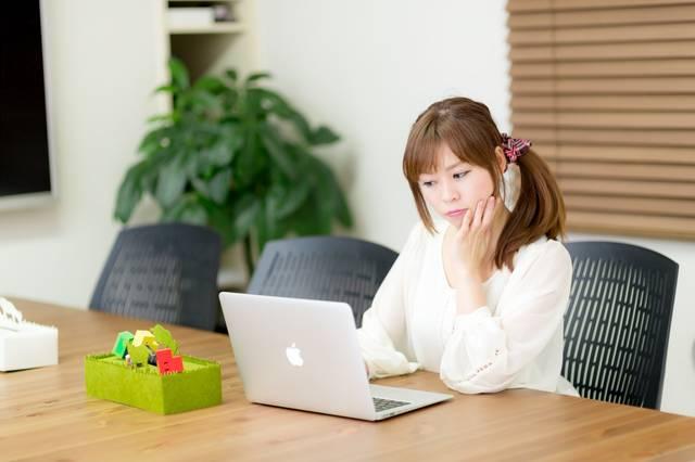 電源完備のコワーキングスペースで作業をする女性|フリー写真素材・無料ダウンロード-ぱくたそ (6238)