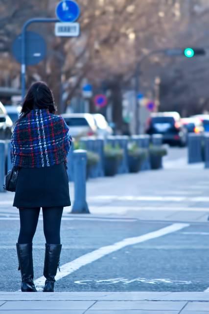 信号待ちをする女性|フリー写真素材・無料ダウンロード-ぱくたそ (6260)