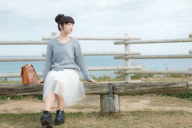 海が一望できる岬のベンチに座る若い女性|フリー写真素材・無料ダウンロード-ぱくたそ (6295)