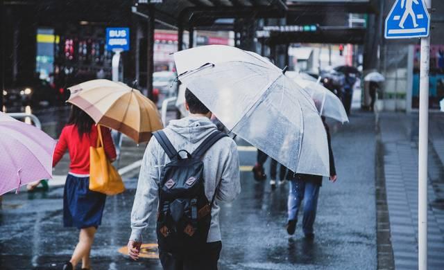 降りしきる雨の中、家路に向かう|フリー写真素材・無料ダウンロード-ぱくたそ (6410)