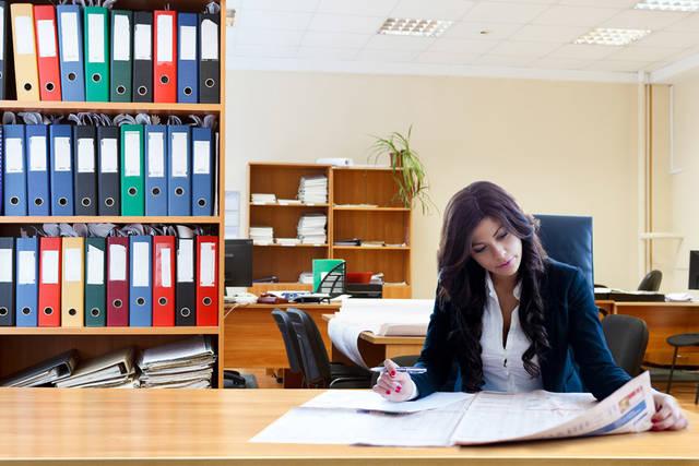 [フリー写真] オフィスで新聞をチェック中のビジネスウーマンでアハ体験 -  GAHAG | 著作権フリー写真・イラスト素材集 (6411)