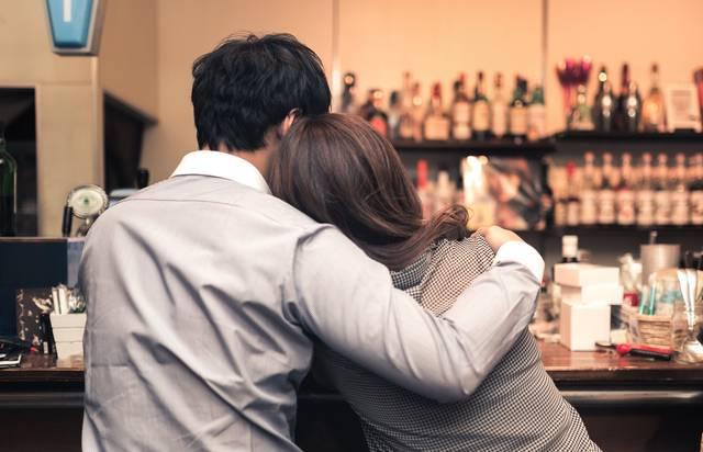バーで寄り添うお忍びカップル|フリー写真素材・無料ダウンロード-ぱくたそ (6555)