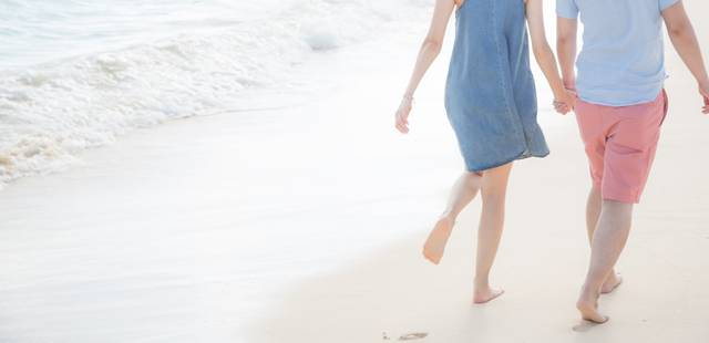 砂浜に思い出と足跡を残すいい雰囲気の男女 フリー写真素材・無料ダウンロード-ぱくたそ (6558)