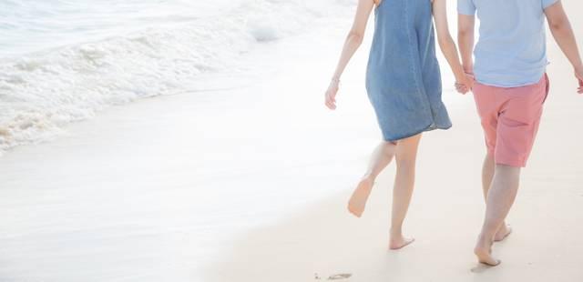 砂浜に思い出と足跡を残すいい雰囲気の男女|フリー写真素材・無料ダウンロード-ぱくたそ (6558)