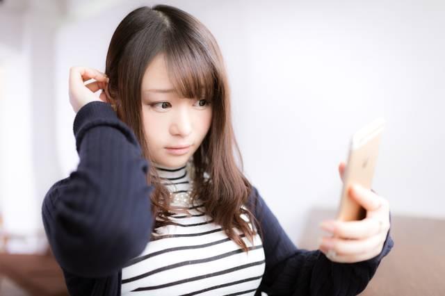 スマホを鏡代わりにする女性モデル|フリー写真素材・無料ダウンロード-ぱくたそ (7115)