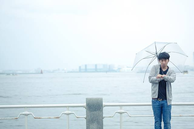 雨の日の初デート、時間を確認するしぐさで高鳴りをごまかす男性|フリー写真素材・無料ダウンロード-ぱくたそ (7169)