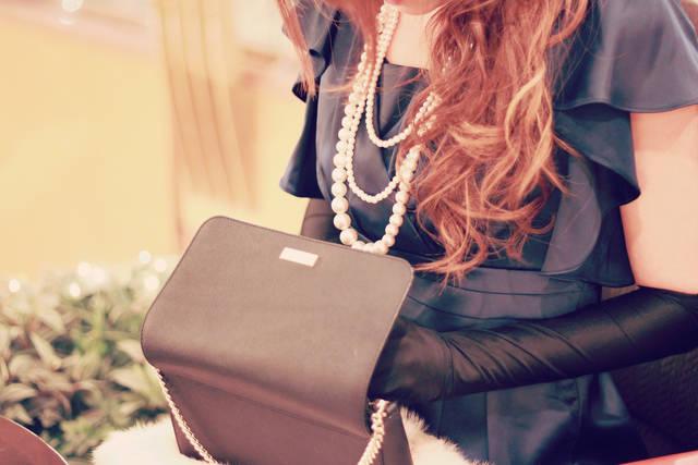 クラッチバッグから何かを取り出しているパーティドレスの女の子のフリー写真画像|GIRLY DROP (7179)