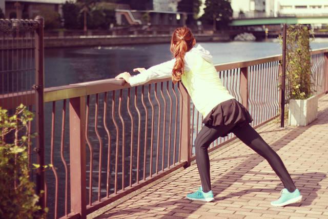 走る前の準備体操をする女の子のフリー写真画像|GIRLY DROP (7193)