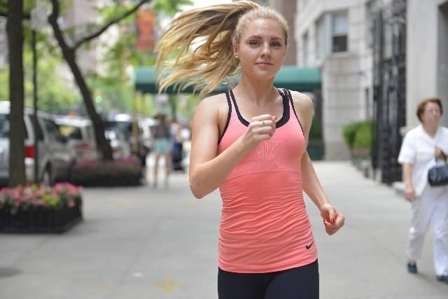 街を走って来る女性6|写真素材なら「写真AC」無料(フリー)ダウンロードOK (7197)