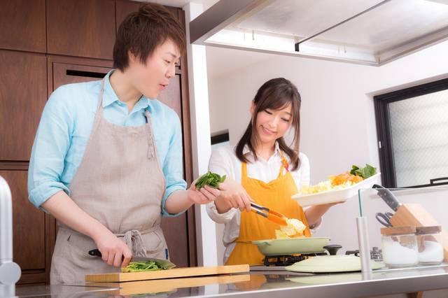 野菜たっぷりの美味しそうな鍋に感動する夫|フリー写真素材・無料ダウンロード-ぱくたそ (7272)
