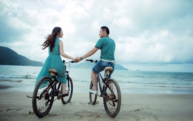 [フリー写真] 自転車に乗って手をつなぐカップルでアハ体験 -  GAHAG | 著作権フリー写真・イラスト素材集 (7296)