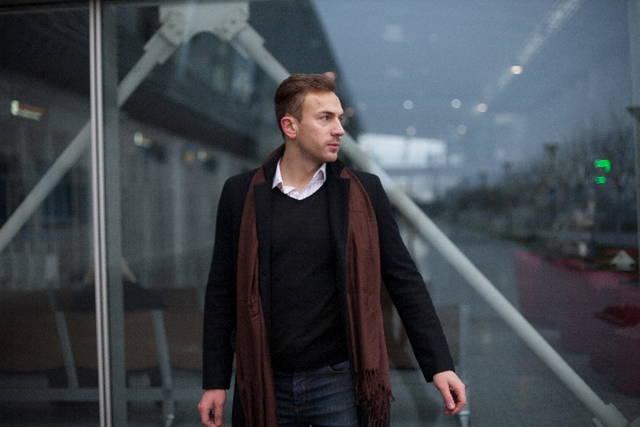 建物の周りを歩く男性モデル13|写真素材なら「写真AC」無料(フリー)ダウンロードOK (7533)