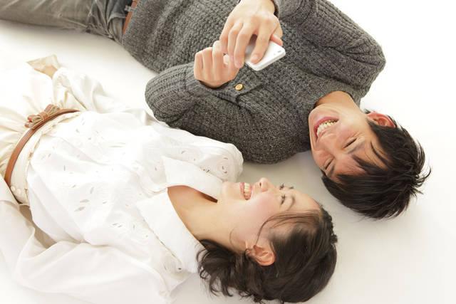 [フリー写真] 寝転がってスマホを見て笑うカップルでアハ体験 -  GAHAG | 著作権フリー写真・イラスト素材集 (7551)