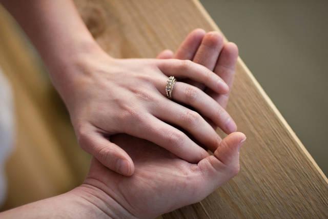[フリー写真] 夫婦の重ねる手でアハ体験 -  GAHAG | 著作権フリー写真・イラスト素材集 (7553)