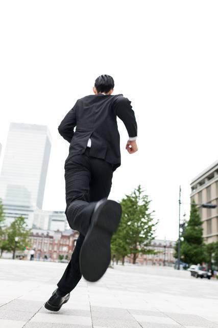 ダッシュするスーツ姿のビジネスマン|フリー写真素材・無料ダウンロード-ぱくたそ (7666)