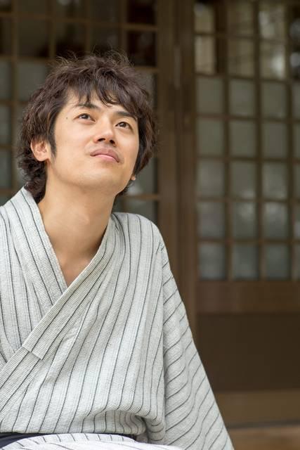浴衣を着た縁側の男性|フリー写真素材・無料ダウンロード-ぱくたそ (7668)