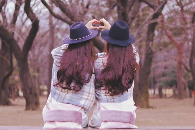 公園で仲良くハートマークを作る双子の女の子たちのフリー写真画像|GIRLY DROP (7705)