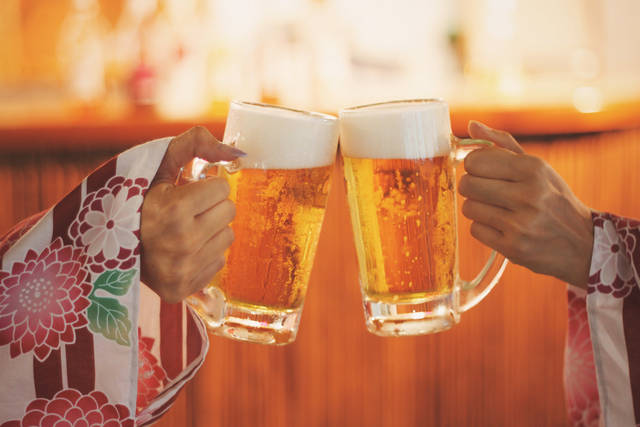 浴衣でビールを乾杯する双子の女の子のフリー写真画像|GIRLY DROP (7706)