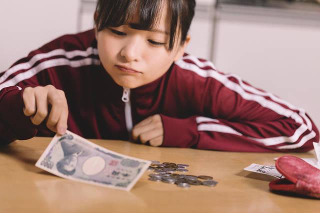 金欠に苦しむ貧困女子|フリー写真素材・無料ダウンロード-ぱくたそ (7737)