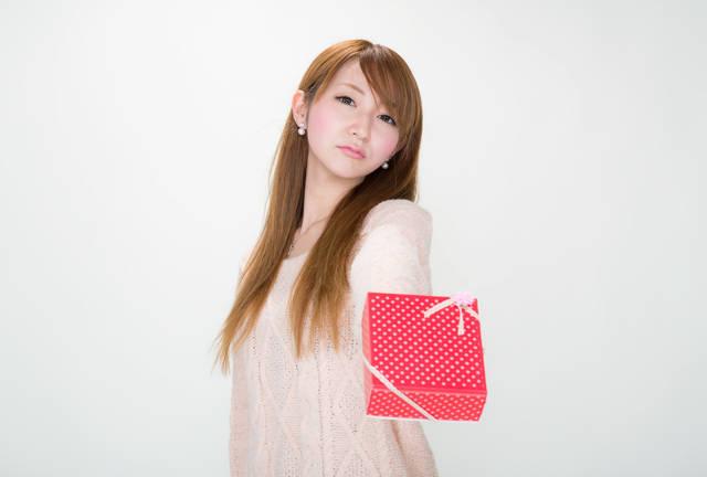 【ツンデレ渡し】 「どうせ、くれる人いないでしょ!」っとバレンタインにチョコを渡す女の子|フリー写真素材・無料ダウンロード-ぱくたそ (7848)