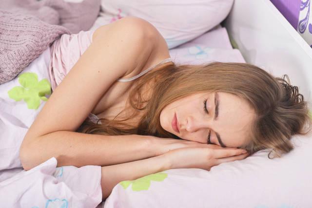 [フリー写真] ベッドの中で寝ている外国人女性のでアハ体験 -  GAHAG | 著作権フリー写真・イラスト素材集 (7864)