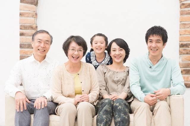 仲良し三世代家族(ソファ)3|写真素材なら「写真AC」無料(フリー)ダウンロードOK (7869)