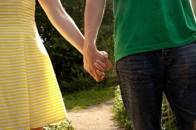手をつなぐカップル2|写真素材なら「写真AC」無料(フリー)ダウンロードOK (7921)