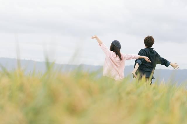 自然を満喫するもんぺ姿の夫婦|フリー写真素材・無料ダウンロード-ぱくたそ (7976)