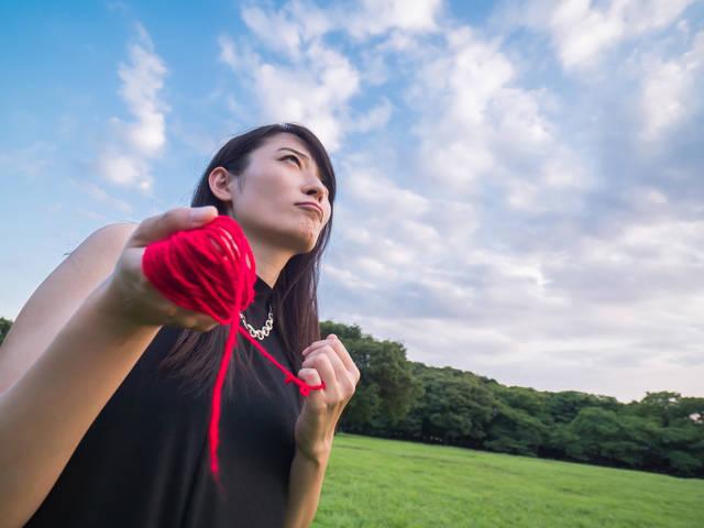 赤い糸を操る具現化系女子|フリー写真素材・無料ダウンロード-ぱくたそ (8002)