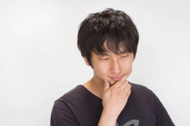 考える若い男性|フリー写真素材・無料ダウンロード-ぱくたそ (8360)