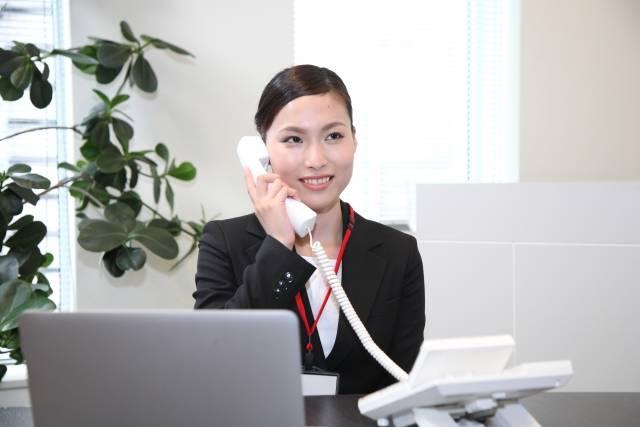 電話をするビジネスウーマン1|写真素材なら「写真AC」無料(フリー)ダウンロードOK (8603)