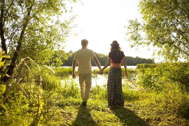 自然の中の仲良しカップル77|写真素材なら「写真AC」無料(フリー)ダウンロードOK (8617)