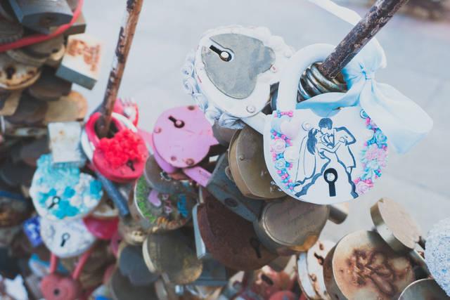 観光地に取り付けられたハート型の南京錠|フリー写真素材・無料ダウンロード-ぱくたそ (8627)