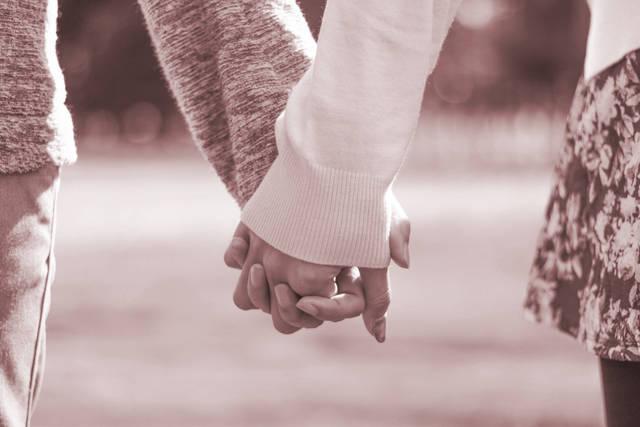 公園で仲良く手をつなぐ付き合いたてのカップル(セピア)のフリー写真画像|GIRLY DROP (8663)