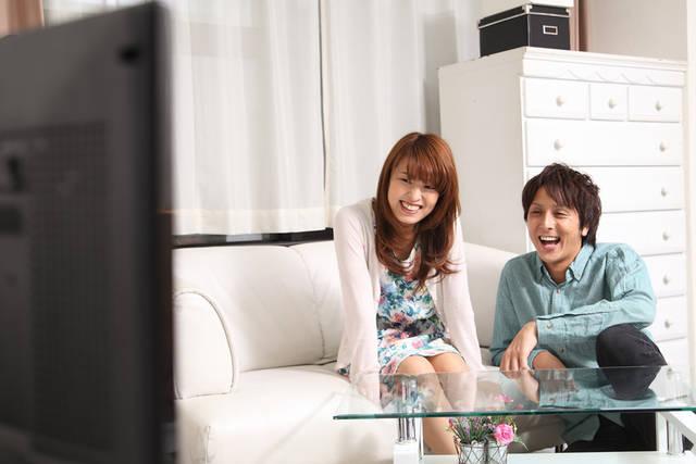 [フリー写真] テレビを見て笑うカップルでアハ体験 -  GAHAG | 著作権フリー写真・イラスト素材集 (8685)