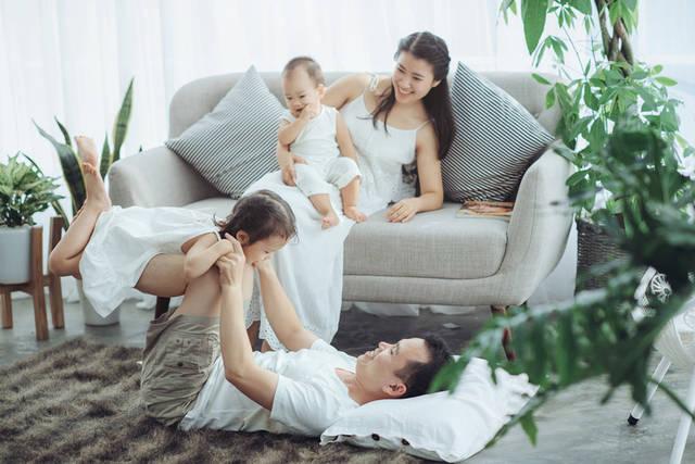 [フリー写真] 部屋でくつろぐ四人家族でアハ体験 -  GAHAG | 著作権フリー写真・イラスト素材集 (8691)