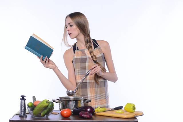 [フリー写真] 料理本を見ながら調理中の外国人女性でアハ体験 -  GAHAG | 著作権フリー写真・イラスト素材集 (8901)