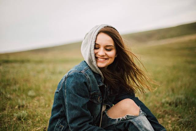 [フリー写真] 草原に座っている笑顔の外国人女性でアハ体験 -  GAHAG | 著作権フリー写真・イラスト素材集 (8903)