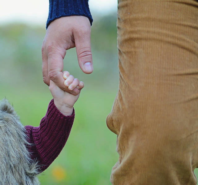 [フリー写真] 子供と父親のつないだ手でアハ体験 -  GAHAG | 著作権フリー写真・イラスト素材集 (8911)